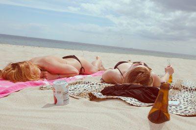 2 meiden aan het zonnen op het strand. Mogelijk betaald van een goed inkomen als thuiswerkend webcam model.