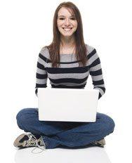 Model met laptop op schoot