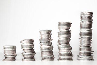 Stapels munt geld. Verdiensten van een webcammodel werkend vanuit huis.
