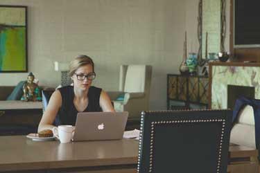 Thuiswerkende vrouw die een goed inkomen kan verdienen met webcam werk.