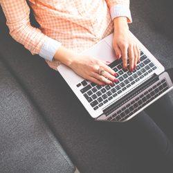 Vrouw aan het thuiswerken als webcam model en een goed inkomen verdienen.